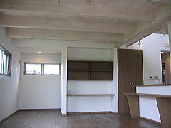 モダンな部分とアンティークな部分とを融合させた木造平屋住宅
