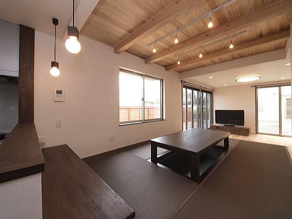 ガレージとシャープな鋼板の外観が特徴の住宅
