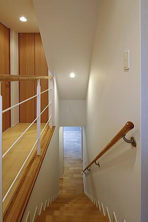 真っ白の外壁と木製建具が特徴的