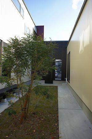 見晴らしの良い丘陵地に中庭をぐるりと囲んだ住宅