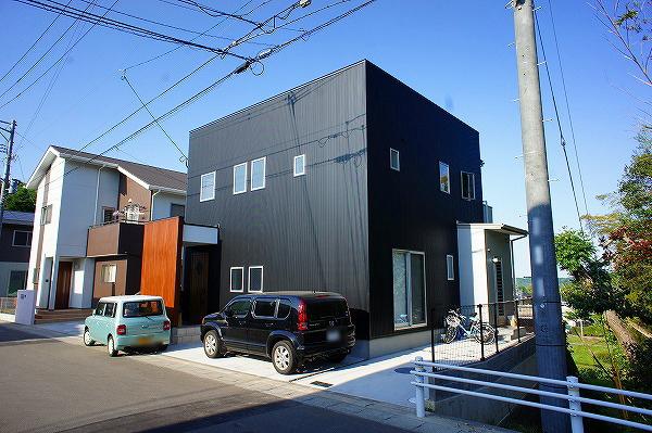 ガルスパンのシャープな外観が目を引く住宅